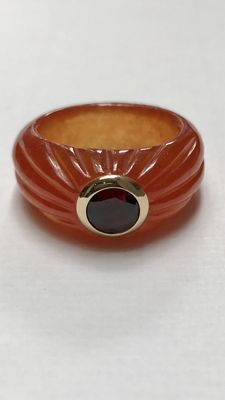 Modern wide jade ring set with faceted cut garnet in 585 yellow gold.