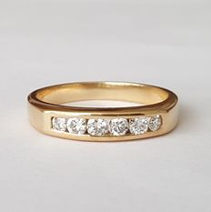 18 kt gold. Ring with two F-G VVS-VS O brilliants weighing 36 ct. Size: 16.5 mm, 12 (Spain)