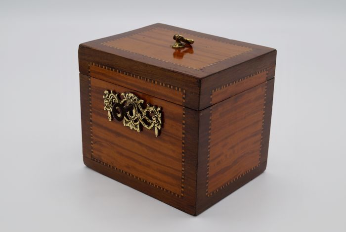 A Louis XVI satin wood, amaranth wood and marqueterie tea box - Netherlands - circa 1790