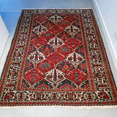 Exceptional, old Bakhtiari Persian carpet – 207 x 160 – with certificate