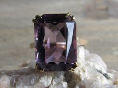 Gold ring with a natural amethyst.