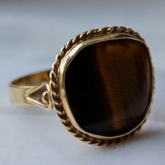 14 kt yellow gold ring with tiger's eye, ring size 16