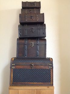 Unusual lot colonial trunks - 6 pieces with different dimensions