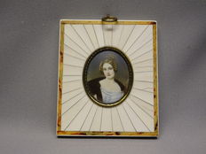 Miniature in ivory frame of madame Caroline Countess of Holnstein - France - 1920/1940