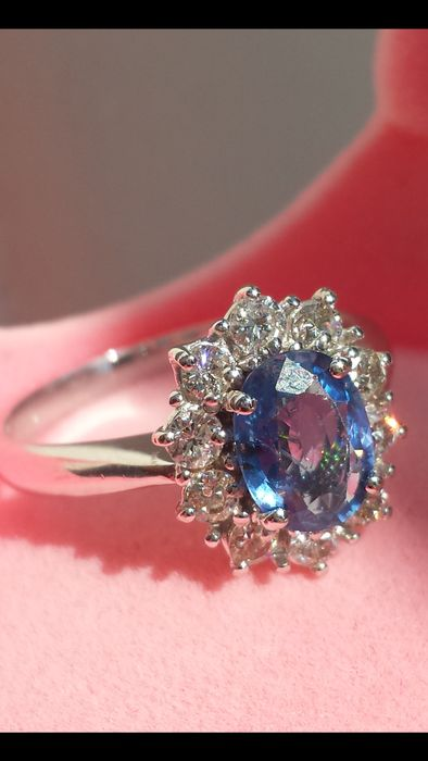 Ring in 18 kt gold with sapphire and diamonds, 0.65 ct