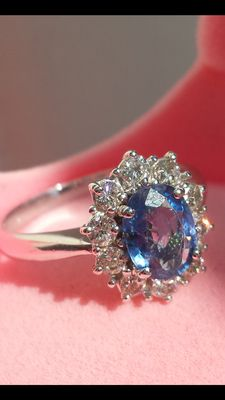 Ring in 18 kt gold with Ceylon sapphire and diamonds.