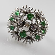 White gold cocktail ring with emeralds and brilliant cut diamonds – size 17.75 / 56