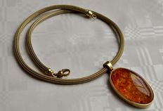 Yellow gold necklace, 14 kt, 45 cm long with 5 cm amber pendant