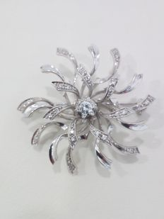 Vintage brooch – Star-shaped – White gold with 28 natural diamonds. Centre diamond, approximately 0.20 ct. Total carat weight of all the diamonds, about 0.50 ct.