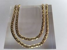 18 kt gold necklace with scalloped links. 46 cm.