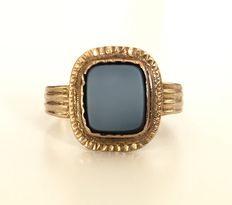 Antique signet ring in 18 kt yellow gold centred with a black and white onyx, dated from 1876