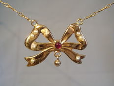 A gold Victorian necklace with river pearls and ruby