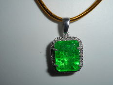 Pendant in 18 kt white gold with 7.10 ct emerald and 0.25 ct diamonds