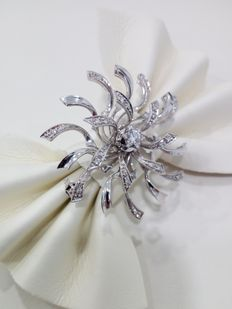 Brooch in 18 kt white gold - diamonds of  approx. 0.15 ct totalling  approx. 0.35 ct