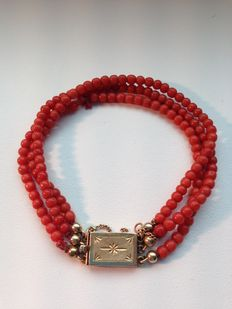 Three-strand old-Dutch precious coral bracelet with a gold clasp, elegantly decorated – 19 cm