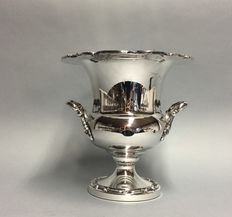Silver plated champagne cooler op lower voet, with two handles, England, ca. 1930