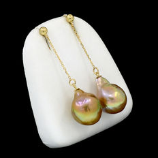 Long 18 kt (750/1000) yellow gold earrings, with Southeast Asian cultured pearls.