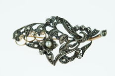 Branch brooch in 14 kt gold and silver, set with diamonds and pearl, length 45 mm