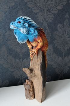 Big iguana on a tree trunk - wood and resin - ca 39 cm