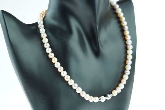 Schoeffel freshwater 7 mm multi-colour pearl necklace with 18 kt white gold clasp, original box, length 42.5 cm