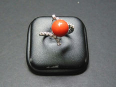 Ring in 18 kt white gold, coral and diamonds of 0.15 ct - 21 mm