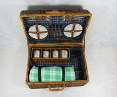 Nostalgic large reed picnic basket for classic car/oldtimer - 4 persons 54x37x20.