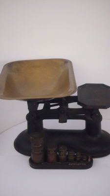 English scale with yellow brass weight kit (has not been cleaned) first half of the 20th century