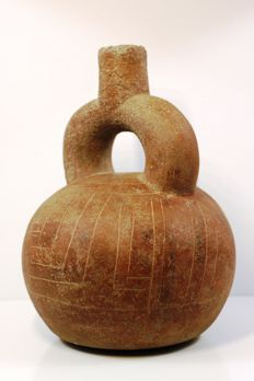 A pre-Columbian earthenware stirrup vessel - 22 cm