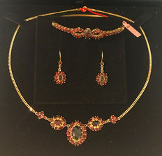 Jewellery set: Necklace, earrings, bracelet with garnets made of 333 / 8 kt yellow gold