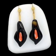 18 kt/750 yellow gold. Earrings: Mediterranean coral and agate  Total length: 44 mm