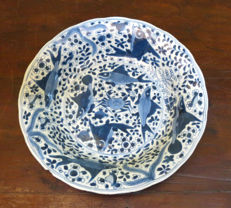 Blue and white decoration porcelain deep plate with crabs and fish - China - ca 1700 (Kangxi period)
