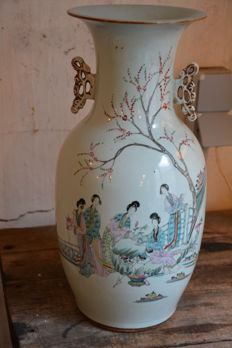 Famille rose vase with scenery of ladies in a garden - China - Early 20th century (Republican period)