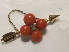 14 kt red gold antique arrow brooch with four large precious corals and a seed pearl, around 1900