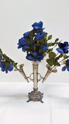 Trumpet vase for flower arranging