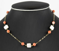 Yellow gold necklace with 10 natural coral beads from the Pacific and 5 square baroque pearls