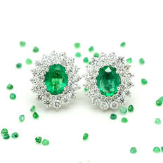 Gold earrings with emeralds and brilliant cut diamonds, totalling 4.00 ct, Dimensions: 14 x 16 mm