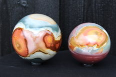 Set of fine polychrome Jasper spheres - 7.7 and 9cm - 1749gm  (2)