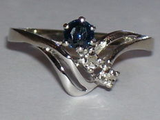 14 karat white gold ring with sapphire and diamonds - ring size 17.8 mm - No reserve