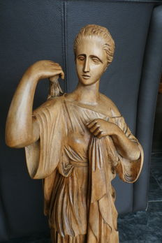 Large beautifully carved wooden statue of 'Diana of Gabii' - signed J. Chodoire - first half of 20th century