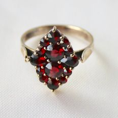 Around 1890/1900 Victorian ring with Garnet in antique rose cut manufactured in Bohemia.