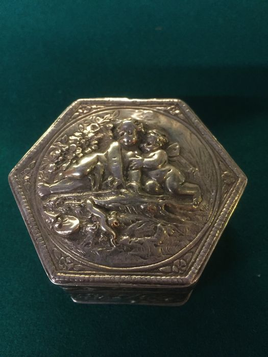 Hexagonal embossed silver box, title 800/1000 - Italy - 20th century