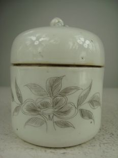 Porcelain pot with lid – China – Early 20th century