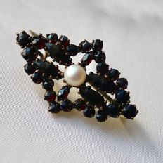 About 1900 Victorian Brooch 35,7x22mm full with Bohemian garnets and saltwater pearl in the middle.