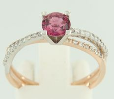 14 kt bi-colour gold wavy ring set with rubellite and 36 brilliant cut diamonds, approx. 0.22 carat in total, ring size 18 (56)