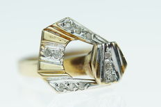 14 kt gold women´s ring with diamonds in a moving fantasy setting, ring size 16