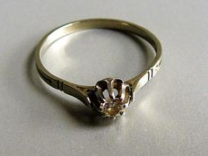 18 kt white gold solitaire ring, with a 0.2 ct brilliant cut diamond, ring size 19