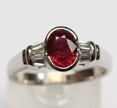 Gold ring with natural diamonds, Tepper Cut, approx. 0.60 ct, and a ruby, approx. 1.20 ct; ring size 17