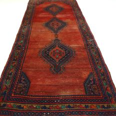 "Hamadan – 325 x 131 cm – ""Wide Persian runner in brick – In beautiful condition""."