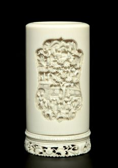 Very Fine Canton Ivory Vase -  China - Late 19th century