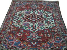 Antique Bakhtiari hand-knotted woolen carpet 204 cmx150cm.Take into account there is no reserve price, bidding 1euro